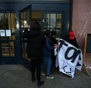 Estudiantes entregan facultad de Derecho de U. de Chile: clases se retomarán en el más breve plazo