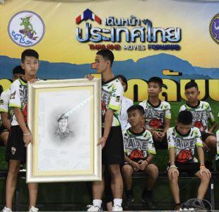 [FOTOS] Niños rescatados en Tailandia homenajearon a buzo que murió en operativo