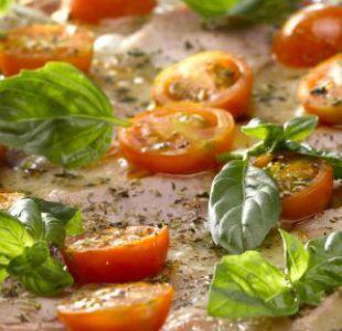 ¿Cómo preparar una pizza fresca a la albahaca?