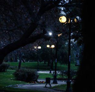 Municipalidad de Santiago se querella contra joven acusado de violar a mujer en Parque Los Reyes