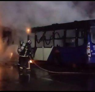 [VIDEO] Bus del Transantiago y dos autos particulares resultaron quemados