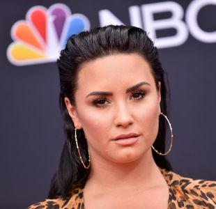[FOTOS] Demi Lovato es vista fuera de rehabilitación y con un desconocido