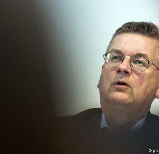 Jefe del fútbol alemán rechaza acusaciones de racismo de Özil
