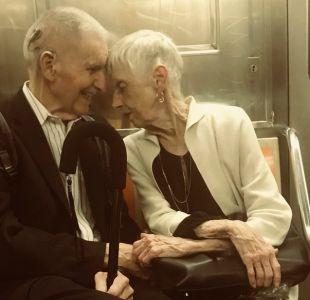 La historia detrás de la conmovedora foto de una pareja de ancianos en el metro de Nueva York