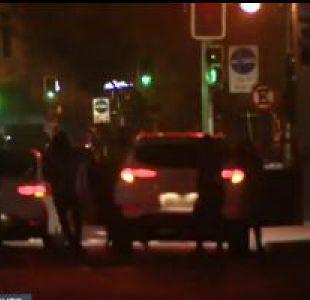 [VIDEO] Exclusivo T13: Sorprenden a delincuentes en pleno portonazo en el centro de Santiago