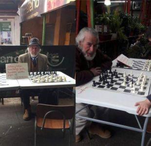 La historia del hombre que enseña ajedrez gratis en La Vega Central
