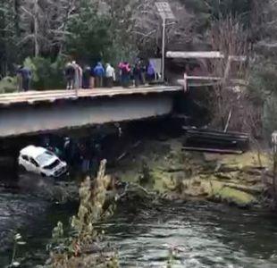 [VIDEO] Dos muertos tras caída de vehículo desde puente en Pucón
