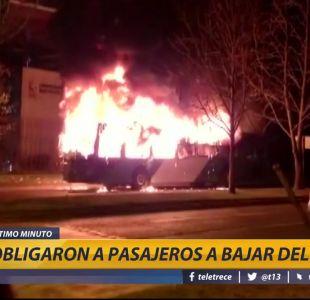 [VIDEO] Encapuchados queman bus del Transantiago en la comuna de Ñuñoa