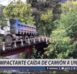 [VIDEO] Impactante caída de un camión a un río