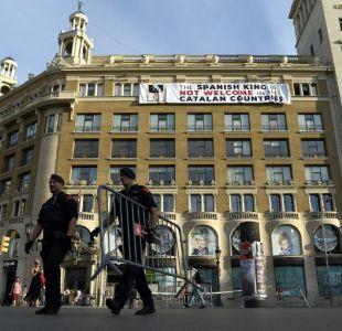Despliegan pancarta contra el rey Felipe VI en Barcelona antes de homenaje a víctimas de atentados