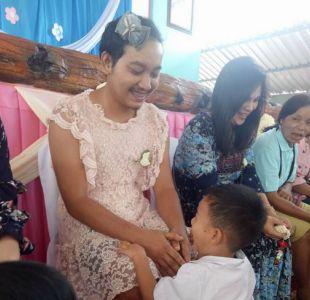 [FOTO] Padre tailandés se pone vestido para que sus hijos celebren el Día de la Madre