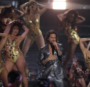 [VIDEO] Bailarina le roba un beso a Maluma durante su presentación en los MTV VMA 2018