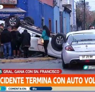 [VIDEO] Choque termina con camioneta volcada en el centro de Santiago