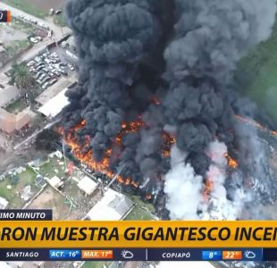 [VIDEO] Drone sobrevuela gigantesco incendio de acopio de neumáticos en Maipú