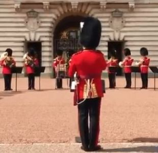 [VIDEO] Guardia Real del Palacio de Buckingham realiza emotivo homenaje a Aretha Franklin