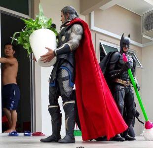 Cosa de perspectiva: Hombre saca carcajadas en Instagram posando junto a superhéroes