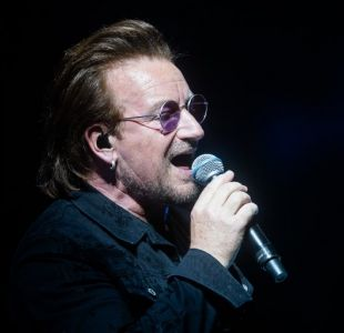 [VIDEO] Bono de U2 pierde la voz en pleno concierto