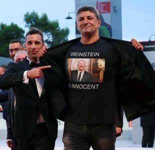 Weinstein es inocente: La polémica camiseta que usó un cineasta en el Festival de Venecia