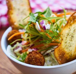 Estudio asegura que hombres vegetarianos piden carne al socializar con colegas en restaurantes