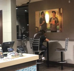 """[VIDEO] Amigos cuelgan """"póster falso"""" en local comida rápida y nadie lo notó en 50 días"""