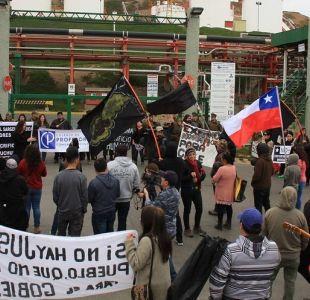 [VIDEO] Graban a carabinero lanzando piedra a manifestantes en Quintero