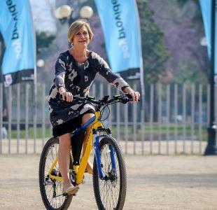 [FOTOS] Alcaldesa Evelyn Matthei sufre caída en bicicleta