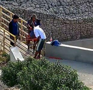 Registran a hombre que cobraba para cruzar un puente en Arica