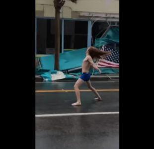 [VIDEO] Sujeto en calzoncillos enfrentó en la vía pública al huracán Florence