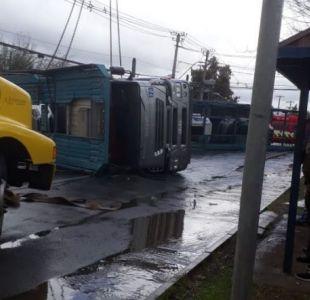 [VIDEO] Camión con automóviles nuevos vuelca en camino a Lonquén