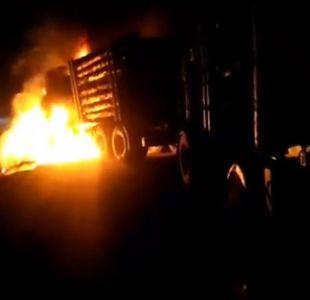 [VIDEO] Camión forestal resulta quemado tras presunto ataque incendiario en Contulmo
