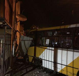 [FOTO] Bus del Transantiago al interior de una vivienda en la comuna de Puente Alto