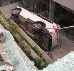 Auto cae a subterráneo de edificio tras persecución policial en Las Condes