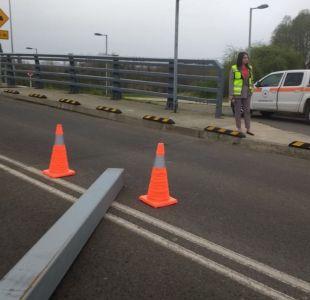 Tránsito en el puente Cau Cau fue suspendido por bus que derribó estructura metálica