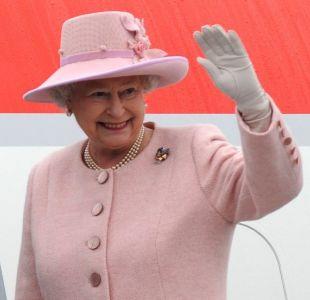 Reina Isabel II es captada conduciendo sin cinturón de seguridad en carretera de Inglaterra