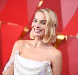 Margot Robbie negocia con Warner Bros. para interpretar a Barbie en la pantalla grande