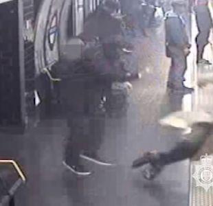 [VIDEO] Impactante registro de metro de Londres muestra a hombre empujando a personas a las vías
