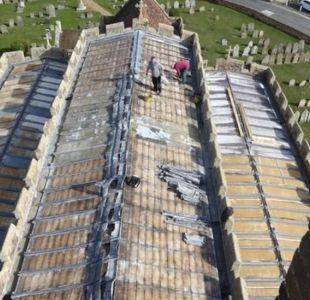 Los audaces ladrones que se robaron todo el techo de una iglesia en Inglaterra