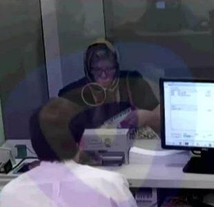 Mujer se disfrazó de anciana que cuidaba para sacar créditos y todo su dinero desde el banco
