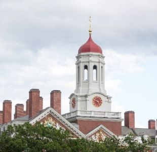 Inician juicio contra Harvard por supuesta discriminación contra estudiantes asiáticos