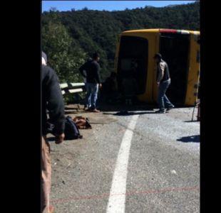 Bus lleno de pasajeros volcó en cuesta La Dormida de Olmué
