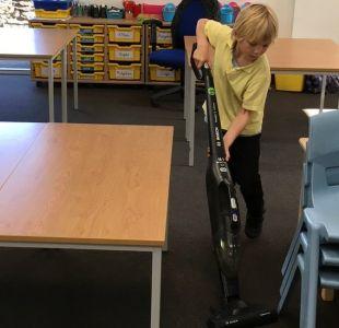 Por qué una escuela primaria pone a sus alumnos a limpiar las aulas