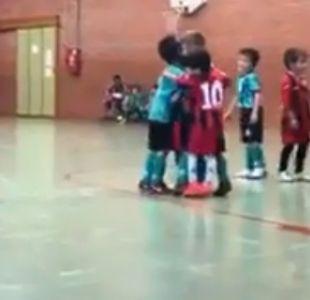 [VIDEO] Lo lindo del fútbol: Niño se suma al festejo del equipo rival luego de un gol