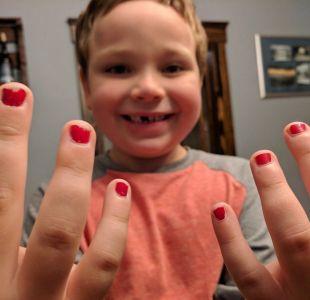 """La notable defensa de un padre luego que su hijo sufriera """"bullying"""" por pintarse las uñas"""