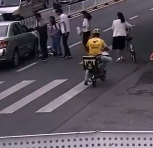 [VIDEO] Transeúntes levantan un auto para sacar a una niña atropellada en China