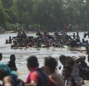 [VIDEO] Centenares de migrantes hondureños se lanzan a río fronterizo e ingresan a México