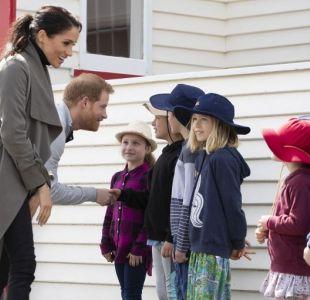 [VIDEO] El adorable gesto que tuvieron el príncipe Harry y Meghan Markle con unos escolares