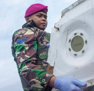 Indonesia rastrea la posible localización de la cabina del avión accidentado