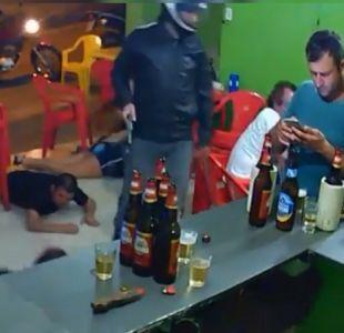 [VIDEO] Hombre no nota que roban local en el que estaba por estar pegado en su celular