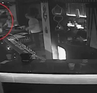 [VIDEO] El impactante momento en que mujer asfixia a guardia de seguridad