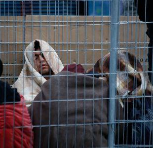 Clientes duermen en la calle hace una semana por venta especial de tienda de tecnología